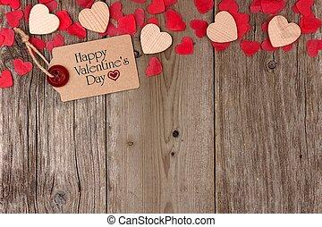 feliz, día de valentines, etiqueta de obsequio, con, dispersado, de madera, corazones, y, confeti, cima, frontera, en, un, rústico, madera, plano de fondo