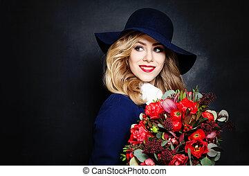feliz, dama, modelo, con, flores