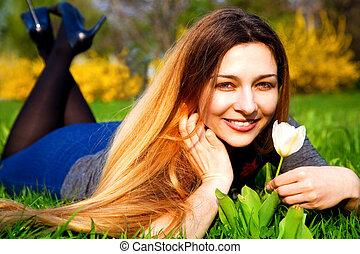 feliz, despreocupado, mulher, com, flor, e, capim