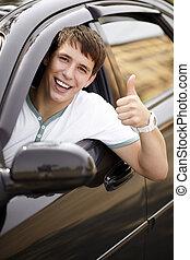 feliz, dirigindo