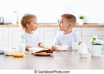 feliz, divertido, niños comer, desayuno