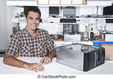 feliz, dueño, de, un, reparación de la computadora, tienda