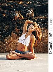 feliz, e, mulher saudável, meditar, ligado, praia, em, sunrise.