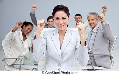 feliz, empresarios, celebrar, un, sucess, con, manos arriba
