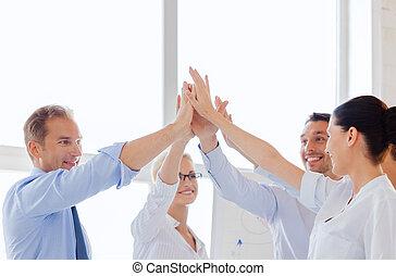 feliz, equipe negócio, dar, alto cinco, em, escritório