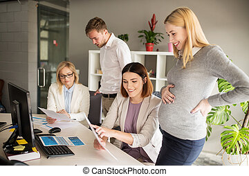 feliz, equipo negocio, con, papeles, en, oficina