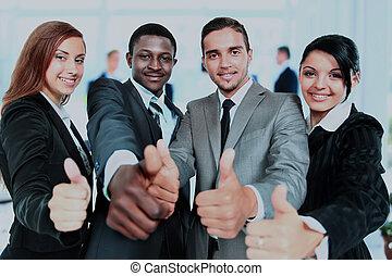 feliz, equipo negocio, con, pulgares arriba, en, el, oficina.