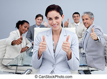 feliz, equipo negocio, con, pulgares arriba