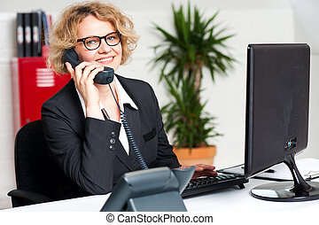 feliz, escrivaninha dianteira, senhora, assistindo,...
