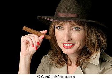 feliz, espía, dama, con, cigarro