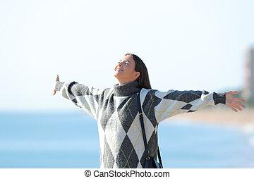 feliz, esticando braços, menina, praia, jersey