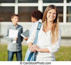 feliz, estudante, carregar, saco ombro, ficar, ligado, cidade faculdade universitária