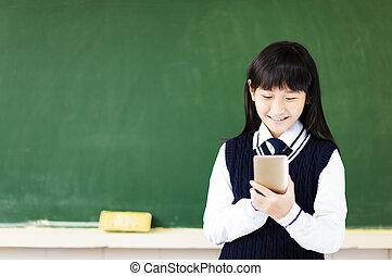 feliz, estudante, menina, com, esperto, telefone, em, sala aula