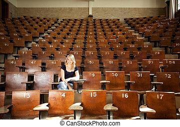 feliz, estudante universitário, em, corredor conferência