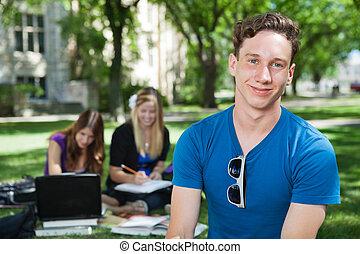 feliz, estudante universitário