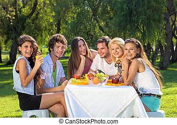 feliz, estudantes, cheio, de, vitalidade, comer, um, fruity,...