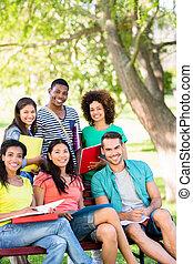 feliz, estudantes colégio, em, campus