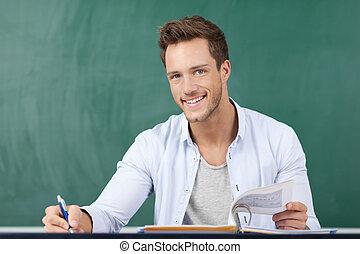 feliz, estudiante, delante de, pizarra