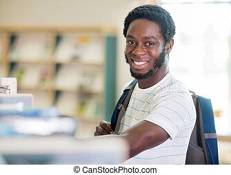 feliz, estudiante, en, librería