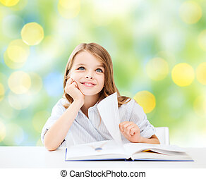 feliz, estudiante, niña, con, libro, en, escuela