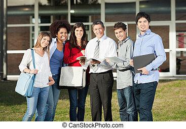 feliz, estudiantes, con, profesor, posición, en, campus de la universidad