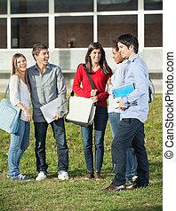 feliz, estudiantes, posición, en, campus de la universidad