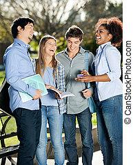 feliz, estudiantes, posición, en, campus