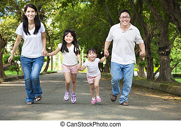feliz, família asian, andar, estrada