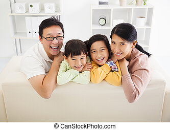 feliz, família asian, em, a, sala de estar