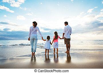 feliz, família jovem, assistindo pôr-do-sol, praia