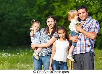 feliz, família jovem, com, crianças