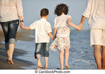 feliz, família jovem, divirta, ligado, praia, em, pôr do sol