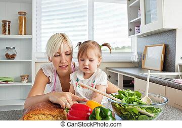 feliz, família jovem, preparar, um, salada