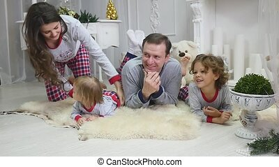 5728bf08bf4437 Família feliz, sentando, luz, flash, jovem, manhã, sorrir., chão ...