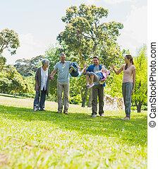 feliz, família prolongada, andar, parque