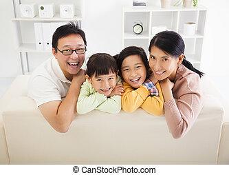 feliz, familia asiática, en, el, sala