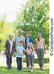 feliz, familia extendida, ambulante, en el estacionamiento
