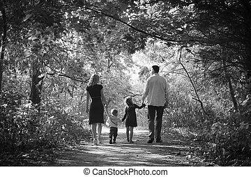 feliz, familia joven, en, naturaleza