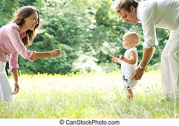 feliz, familia joven, enseñanza, bebé, para caminar