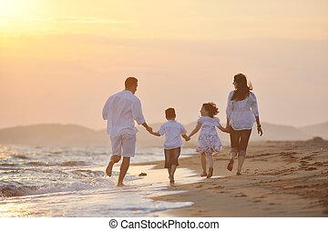 feliz, familia joven, tenga diversión, en, playa
