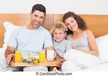 feliz, familia joven, teniendo, desayuno en cama