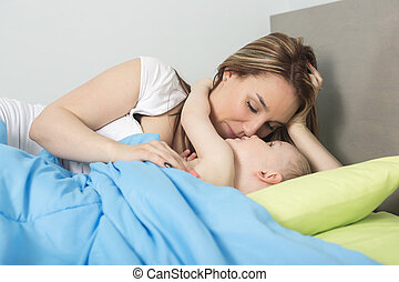 feliz, family., bebé, y, madre, en, azul, cama