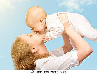 feliz, family., mãe, beijando, bebê, em, a, céu