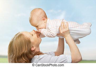 feliz, family., mãe, lances, cima, bebê, em, a, céu