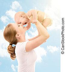 feliz, family., madre, besar, bebé, en, el, cielo