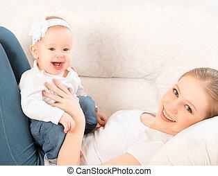feliz, family., madre y bebé, hija, en casa, sofá