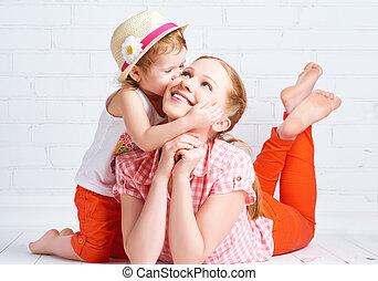feliz, filha bebê, beijando, mãe