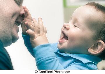 feliz, filho jogando, com, papai