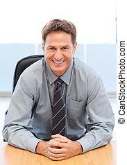 feliz, gerente, sentando uma tabela