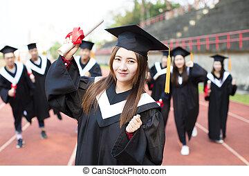 feliz, graduação, estudantes, com, diplomas, ao ar livre